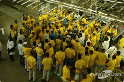 Visita a la fábrica Renault Ayrton Senna en Curitiba: Fernando Alonso y Jarno Trulli con empleados
