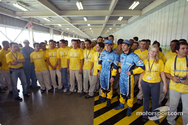 Visit of the Ayrton Senna Renault Factory in Curitiba: Fernando Alonso and Jarno Trulli with employe