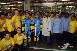 Visita a la fábrica Renault Ayrton Senna en Curitiba: Jarno Trulli y Fernando Alonso con empleados