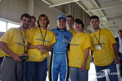 Visita a la fábrica Renault Ayrton Senna en Curitiba: Fernando Alonso con empleados