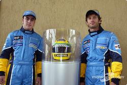 Visita a la fábrica Renault Ayrton Senna en Curitiba: Fernando Alonso y Jarno Trulli con el casco de Ayrton Senna