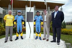 Visita a la fábrica Renault Ayrton Senna en Curitiba: Fernando Alonso y Jarno Trulli con el monument