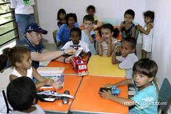 El Equipo Sauber visita a los niños de la Casa del Menor: Nick Heidfeld