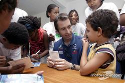 El Equipo Sauber visita a los niños de la Casa del Menor: Heinz-Harald Frentzen