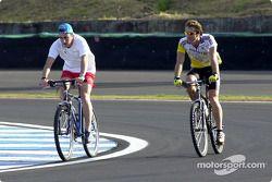Fernando Alonso ve Jarno Trulli ride their bicycle, track
