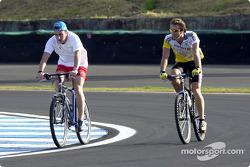 Fernando Alonso y Jarno Trulli pasean en bicicleta sobre la pista