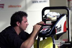 Miembro del equipo Minardi prepara un cono de nariz