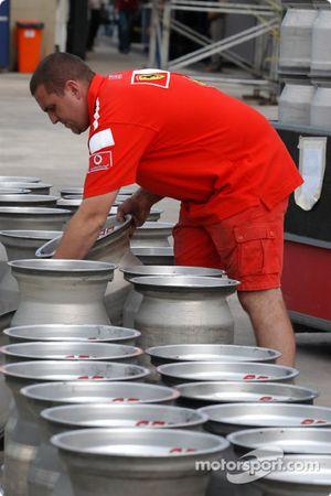 Miembro del equipo Ferrari prepara las llantas