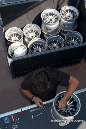 McLaren takım elemanı prepares wheels