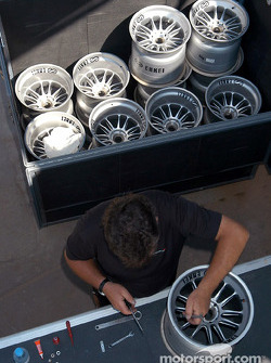 Miembro del equipo McLaren prepara las llantas