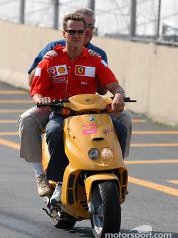 Michael Schumacher y el manager Willi Webber en una motoneta