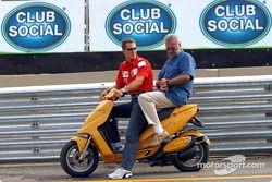 Michael Schumacher ve manager Willi Webber, a scooter