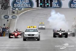 El coche de seguridad lleva a Rubens Barrichello y David Coulthard durante la pace lap