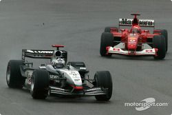 David Coulthard devant Michael Schumacher