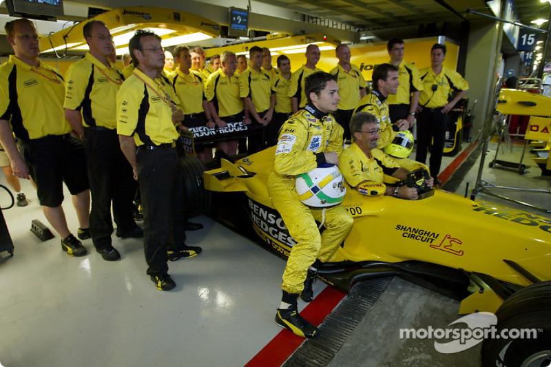 Eddie Jordan, Giancarlo Fisichella, Ralph Firman y el equipo celebran los 200 Grand Prix del equipo