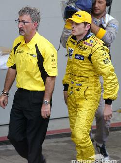 Eddie Jordan y Giancarlo Fisichella descubre que ha terminado segundo y no ha ganado su primera carrera