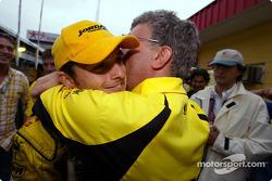 Giancarlo Fisichella y Eddie Jordan celebran el segundo puesto