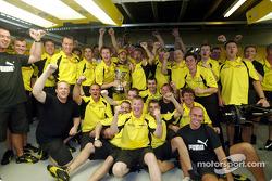Giancarlo Fisichella, Eddie Jordan y el equipo Jordan celebran el segundo lugar