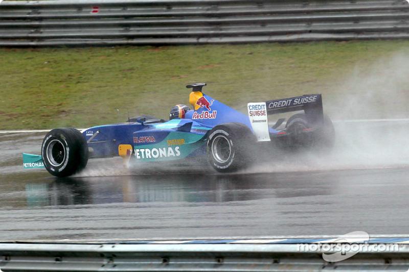 Heinz-Harald Frentzen se rend sur la grille de départ