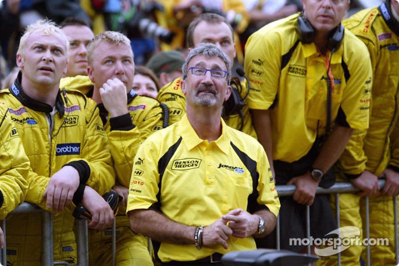 Eddie Jordan et son équipe assistent au podium de Giancarlo Fisichella