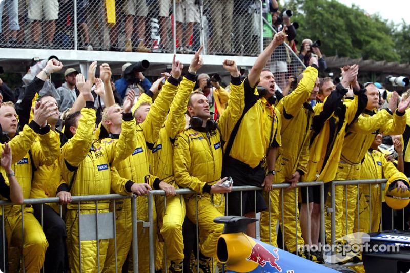 Jordan fête le résultat de Giancarlo Fisichella