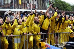 El equipo Jordan celebra el segundo lugar de Giancarlo Fisichella