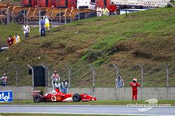 Rubens Barrichello queda fuera de la carrera