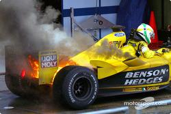 Auto de Giancarlo Fisichella de Jordan conl fuego en el parc fermé