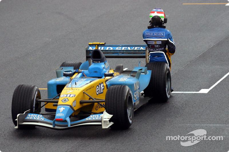 Jarno Trulli s'appuie sur sa voiture