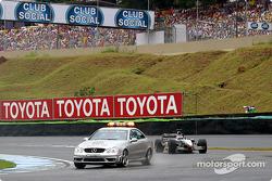 Kimi Raikkonen detrás del coche de seguridad