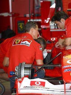 Michael Schumacher en el garaje de Ferrari