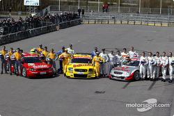 Die DTM-Fahrer 2003 mit ihren Autos