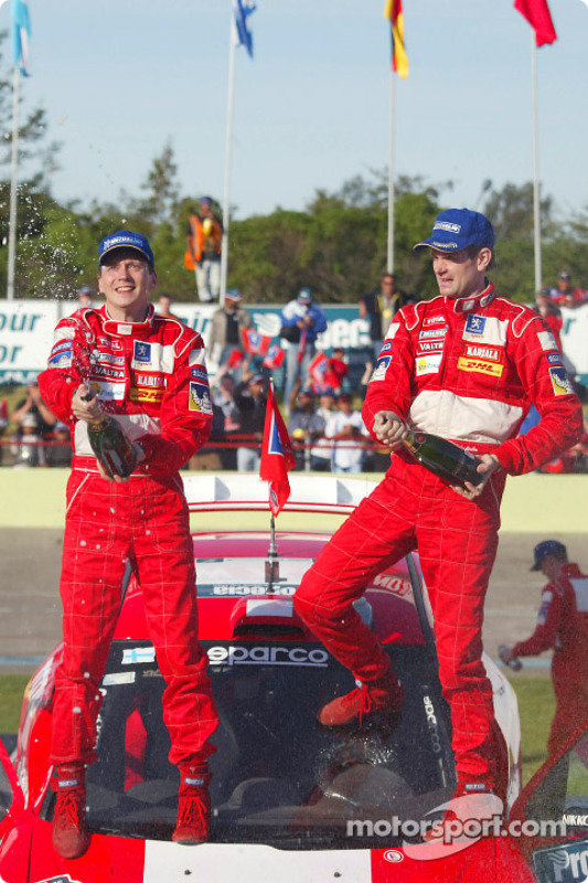 El podio: ganadores de Marcus Gronholm y Timo Rautiainen celebran