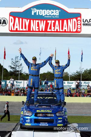 El podio: Petter Solberg y Phil Mills celebran tercer lugar
