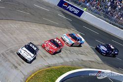 Ryan Newman frente a Dale Earnhardt Jr.