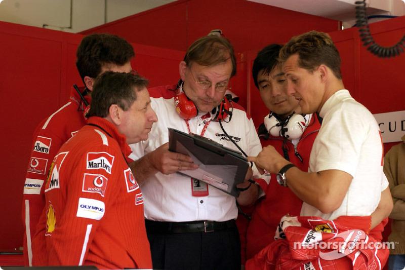 Jean Todt y Michael Schumacher discuten con los técnicos de Bridgestone