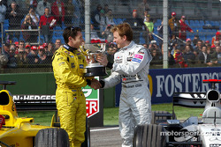 Kimi Räikkönen, McLaren, überreicht Giancarlo Fisichella, Jordan, den Siegerpokal für den GP Brasilien