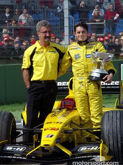 Giancarlo Fisichella, Jordan, mit Eddie Jordan, Jordan, Teamchef, und dem Siegerpokal für den GP Bra
