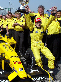 Giancarlo Fisichella, Jordan, mit dem Siegerpokal für den GP Brasilien
