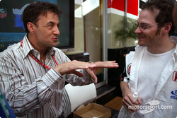 Jean Alesi discusses with Jacques Villeneuve