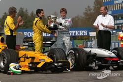 Kimi Räikkönen, McLaren, überreicht Giancarlo Fisichella, Jordan, den Siegerpokal für den GP Brasili