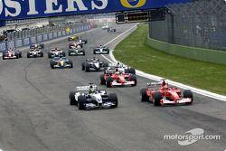 Arrancada: Michael Schumacher y Ralf Schumacher luchan por el liderato.