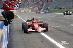 Michael Schumacher passe sous le drapeau à damier