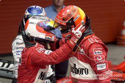 Rubens Barrichello felicita a Michael Schumacher