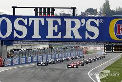 Grille de départ : Michael Schumacher, Ferrari, et Ralf Schumacher, Williams, attendent les feux verts