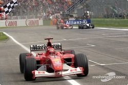 Michael Schumacher toma la bandera a cuadros