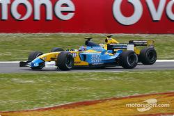 Jarno Trulli en lutte avec Giancarlo Fisichella