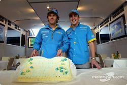 Jarno Trulli celebra su centésimo inicio del Gran Premio con Fernando Alonso