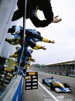 Fernando Alonso franchit la ligne d'arrivée