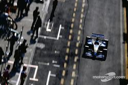 Fernando Alonso sort des stands